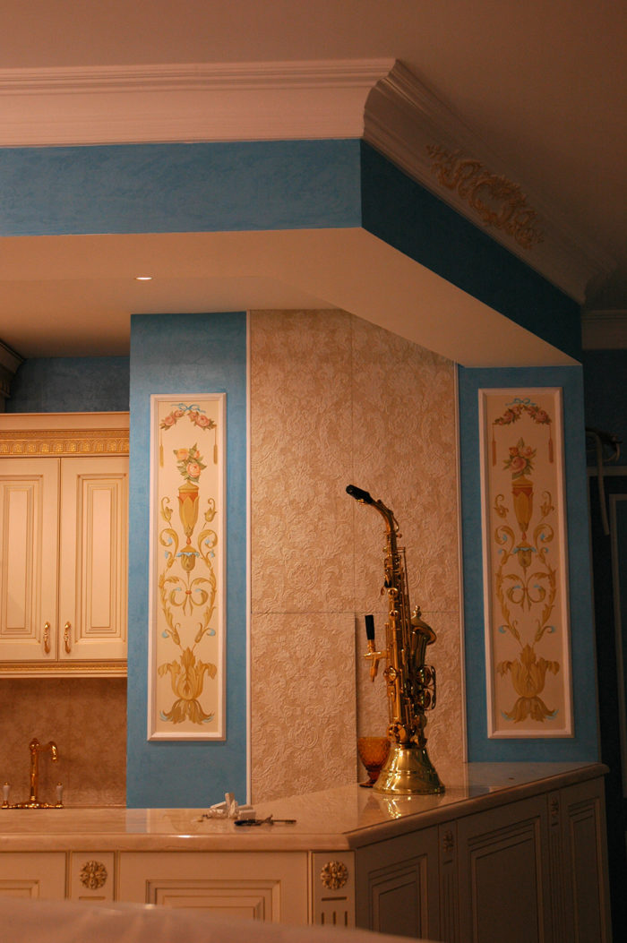 Обои с орнаментом никогда не заменят искусство росписи, поэтому орнамент на стене, выполненный руками художника, делают интерьер богаче и сложнее.