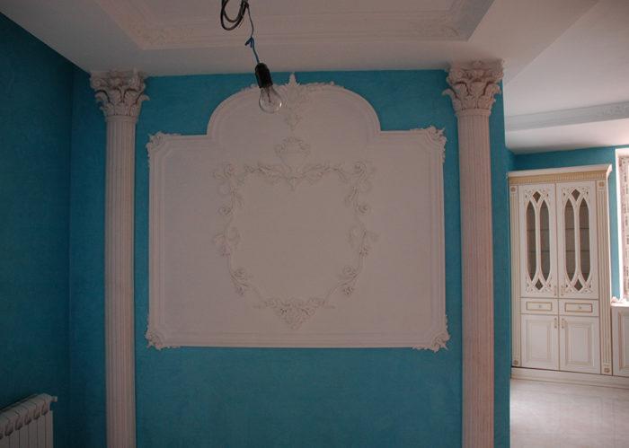 Декоративная роспись должна быть в этой нише.Ниша специально оставленная под роспись стен.