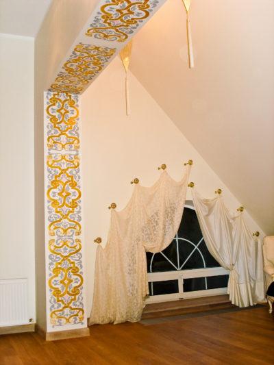 Роспись стен в интерьере мансарды. Орнамент на стене