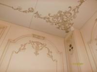 Как декорировать стены, если они белые? Орнамент на стене и на потолке поможет комнате обрести общий декор, а при правильном наложении орнамента, сделает стены визуально выше