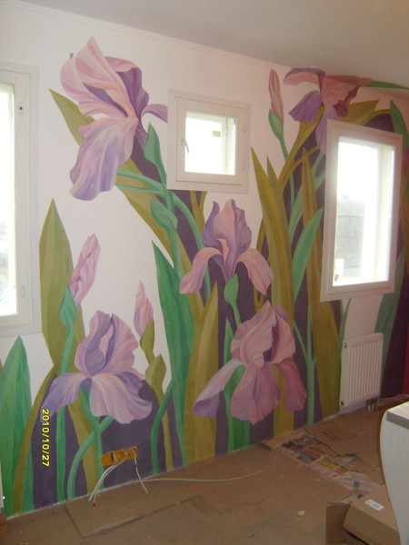 Цветовая гамма огромна, решите какими вы хотели бы видеть цветы на стене холодными или теплыми, тогда останется только одно направление для поиска.