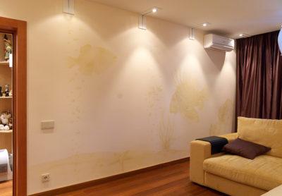 Роспись в интерьере квартир зависит от цвета декора квартиры, от её наполнения: штор, мебели и т.д.. Так же от поставленной задачи перед художником. В данном интерьере необходимо было создать роспись стен максимально приближенную к цвету стен.