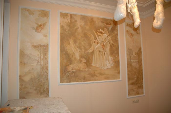 Роспись стен в квартире создана для спальни. Это импровизация с классическим сюжетом