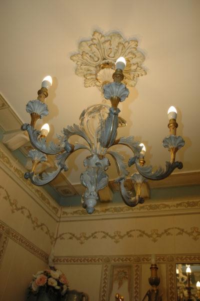 Декоративная роспись преобразит любую полиуретановую или пенопластовую розетку