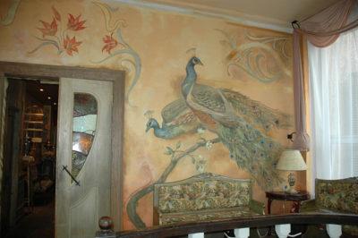 Даже старые оштукатуренные стены преобразит декоративная роспись с налетом старины.