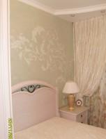 Венецианская штукатурка и орнамент на стене никогда не наскучат и не выйдут из моды.