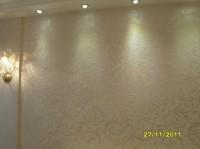 . Шелковая штукатурка при правильном освещении делает более выразительными рисунки на стенах