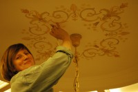 Работа на потолке- это неудобный процесс. В данной работе не использованы трафареты для стен. Орнамент наносился на потолок вручную