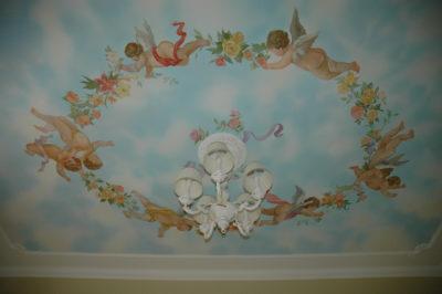 Стены в квартире (по цветовой гамме) напрямую влияют на роспись потолков.