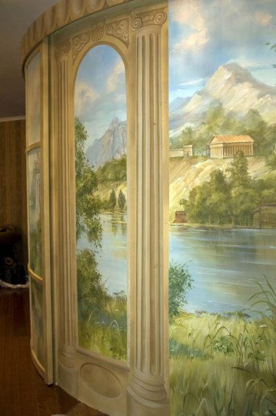 Роспись стен в интерьере квартиры может нести не только декоративную, смысловую нагрузку, но и расширять пространство.