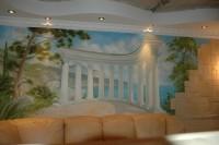 Интерьер стен выглядит интересней, если живопись на стенах обрамлена декоративным камнем