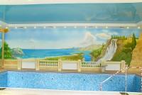 В интерьере даже такого большого помещения, как бассейн применима нарисованная обманка. Когда художественная роспись заменяет визуально объемные архитектурные элементы.
