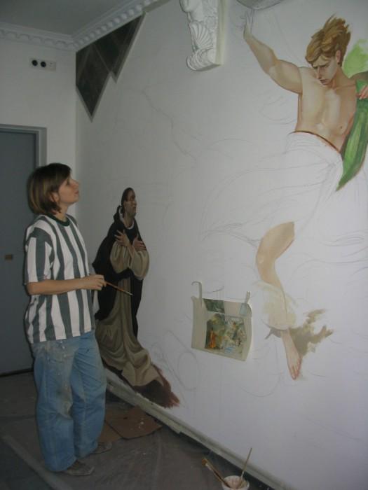 Работа над росписью начинается с эскиза, продолжается работой над рисунком. В результате кропотливого труда получаются художественные стены.