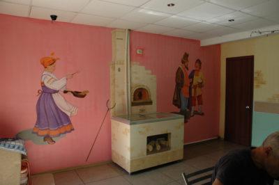 Роспись красками может быть по любой подготовленной поверхности, в том числе по обоям и металлической поверхности. Объемные предметы хорошо вписываются в роспись интерьера. Роспись кафе.