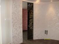 Фактурная штукатурка и трафаретный орнамент создают эффект каменной резьбы