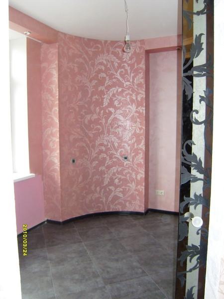 Декорирование стен с помощью декоративной штукатурки и растительного орнамента