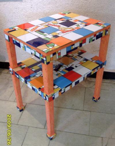 Мозаика из битой плитки может преобразить старую мебель.