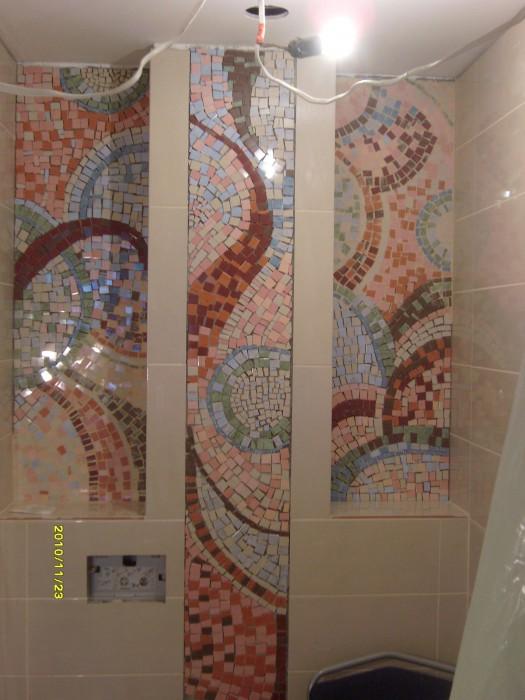 Мозаичное панно из резанной плитки в санузле.