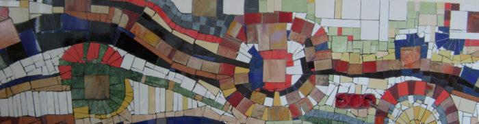 Мозаичное панно из резаной плитки на кухонном фартуке.