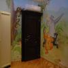 Яркая цветовая гамма росписи стен в детской сочетается с интерьером