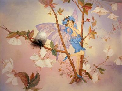 Роспись стен в детской в тематике «цветы и эльфы».