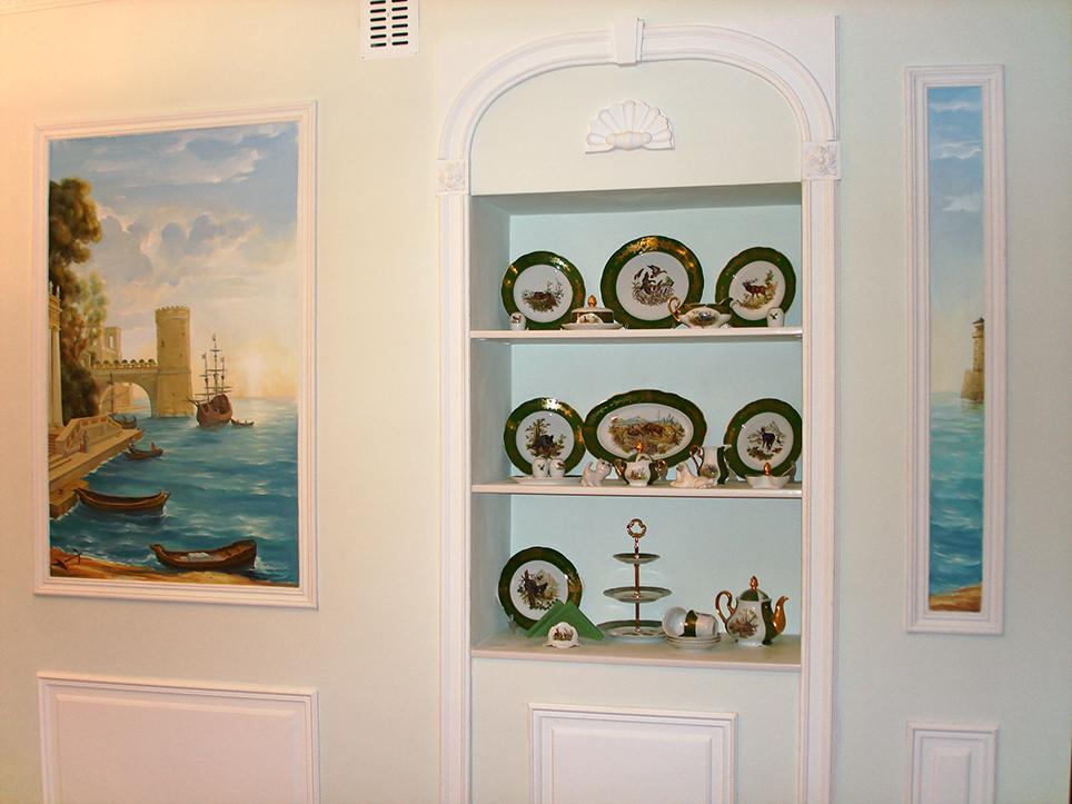 Морской порт прекрасно вписывается в светлый классический интерьер кухни